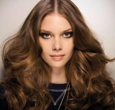 Hairstyle will be more voluminous if you create volume at the roots first,
